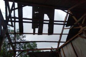 Angin kencang rusak atap salah satu rumah warga di Desa Jalatunda, Banjarnegara, Jawa Tengah. (Antara-BPBD Banjarnegara)