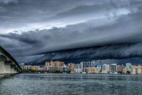 Akhir Tahun, BMKG Imbau Waspadai Badai & Gelombang Tinggi