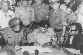 Penandatanganan dokumen yang menyatakan Pakistan menyerang dalam Perang Kemerdekaan Bangladesh, 16 Desember 1971. (Wikimedia.org)