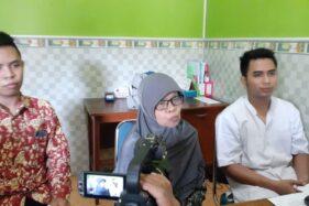 Pemilik Klinik Wahyu Husada, Sumijati (tengah) memberikan keterangan kepada wartawan terkait balita yang meninggal dengan kondisi melepuh setelah berobat di klinik tersebut, Rabu (4/12/2019). (Abdul Jalil-Madiunpos.com)