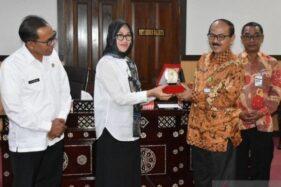 Asisten Administrasi Pemkab Batang Ripyono didampingi Kepala Bagian Humas Triossy Juniarto memberikan cinderamata pada Asisten Administrasi Umum Pemerintah Kota Mataram Baiq Evi Ganevia pada acara kunjungan ke Pemkot Mataram. (Antara-Kutnadi)