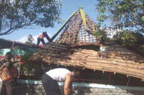 Warga bersama Pemerintah Kecamatan Banyudono, Boyolali,  membersihkan puing joglo yang ambruk akibat hujan deras di kawasan wisata Umbul Pengging, Rabu (11/12/2019). (Solopos-Nadia Lutfiana Mawarni)