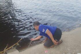 Kondisi air Bengawan Solo di Lamongan yang menghitam. (detik.com)