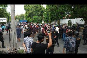 Aparat Brimob menjaga dua kelompok massa yang saling berhadapan di Jl Honggowongso, selatan Pasar Kembang, Solo, Jumat (6/12/2019) sore. (Solopos-Ichsan Kholif Rachman)