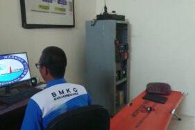 BMKG Banjarnegara memasang sistem diseminasi informasi gempa di Cilacap. (Antara-BMKG Banjarnegara)