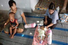 Indria Fitri memberikan susu kepada anaknya Mesi Farel Bramasta yang lahir tanpa anus di Desa Kwangsen, Jiwan, Kabupaten Madiun, Jumat (13/12/2019). (Abdul Jalil/Madiunpos.com)