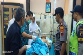 Polisi mengecek kondisi Zaki yang kritis di RS Muhammadiyah Ponorogo, Jawa Timur, Kamis (12/12/2019). (Istimewa/Humas Polres Wonogiri)