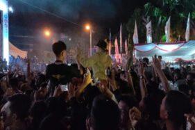 Bupati Wonogiri, Joko Sutopo, berjoget di pundak penonton saat pentas Didi Kempot di Alun-Alun Giri Krida Bakti, Wonogiri, Senin (9/12/2019) malam. (Solopos/Rudi Hartono)