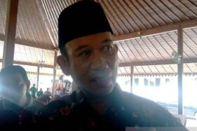 Bupati Banyumas Achmad Husein memberi keterangan pers terkait rencana pembangunan jalan tol Tegal-Cilacap di Purwokerto, Kabupaten Banyumas, Jawa Tengah, Jumat (13/12/2019). (Antara-Sumarwoto)