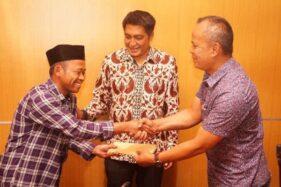 Direktur Utama Bank Bapas 69 Kabupaten Magelang Teguh Wiharso (kanan) menyerahkan bantuan kepada warga korban bencana alam disaksikan Bupati Magelang Zaenal Arifin, Jumat (13/12/2019). (Antara-Humas Pamkab Magelang)
