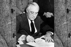 President AS, Franklin D. Roosevelt, menandatangani deklasrasi perang terhadap Jepang, 8 Desember 1941. (Wikimedia.org)