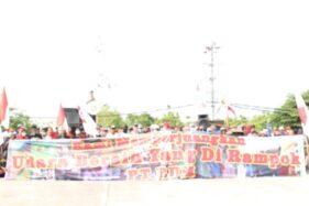 Sejumlah warga membentangkan spanduk berisi permintaan penutupan PT Rayon Utama Makmur (RUM) di Kecamatan Nguter, Sukoharjo, Kamis (12/12/2019). (Solopos/Bony Eko Wicaksono)
