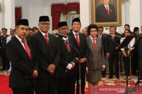 Lima anggota Dewan Pengawas KPK 2019-2023 yaitu Syamsuddin Haris, Artidjo Alkostar, Albertina Ho, Harjono, dan Tumpak Hatorangan di Istana Negara Jakarta, Jumat (20/12/2019). (Antara-Desca Lidya Natalia)
