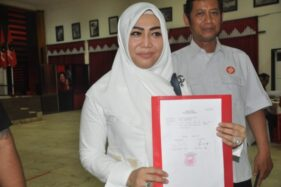 Ketua Brigade #01 Diah Warih Anjari, menunjukkan formulir pendaftaran cawawali di DPD PDIP Jateng, Rabu (11/12/2019). (Istimewa)