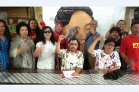 Pendukung Gibran meneriakkan yel-yel dukungan seusai jupa pers di RM Ayam Betutu Mbok Tien Solo, Rabu (11/12/2019). (Solopos-Kurniawan)