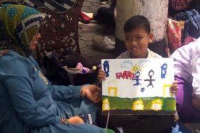 Anak berkebutuhan khusus, Farrel Alvaro R.H., menunjukkan lukisannya yang dibuat saat kegiatan Special Needs Art Festival (SNAF) 2019 di kampus Universitas Muhammadiyah Purwokerto (UMP), Kabupaten Banyumas, Sabtu (7/12/2019). (Antara-Sumarwoto)