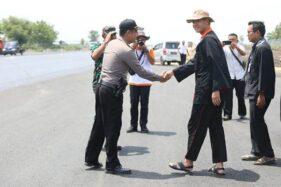 Gubernur Jateng Ganjar Pranowo melihat langsung perkembangan pengerjaan Bandara Ngloram, Blora, Kamis (12/12/2019). (Bisnis-Istimewa)