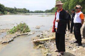 Gubernur Jawa Tengah Ganjar Pranowo melihat langsung kondisi terkini aliran Bengawan Solo di Kabupaten Blora, Jateng, Kamis (12/12/2019). (Antara-Humas Pemprov Jateng)