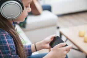 Ilustrasi bermain game atau gim pada smartphone. (Freepik)