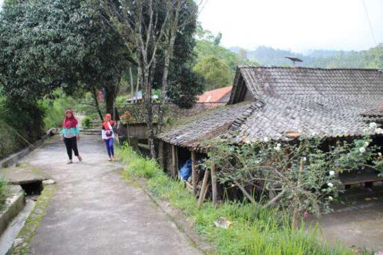 Warga Dukuh Girpasang, Desa Tegalmulyo, Kemalang, Klaten berjalan di kampung mereka di lereng Merapi. (Solopos-Taufiq SIdik Prakoso)