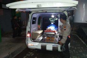 Jasad pendaki asal Jabar meninggal dunia di Gunung Prau dievakuasi ke RSU Wonosobo, Minggu (8/12/2019). (Antara-Humas Polres Wonosobo)