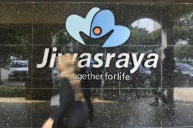 Warga melintas di depan kantor Asuransi Jiwasraya, Jl Juanda, Jakarta, Rabu (11/12/2019). (Antara - Galih Pradipta)