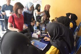 Para pencari kerja mendaftar dalam job fair Udinus Semarang, Sabtu (14/12/2019). (Antara-Humas Udinus Semarang)
