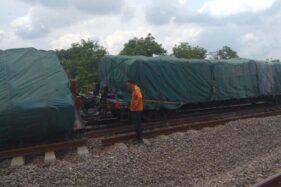 Pegawai PT KAI memeriksa rangkaian KA pengangkut semen yang terguling di Stasiun Doplang, Kabupaten Blora, Jateng, Kamis (12/12/2019). (Antara-Humas KAI Daops IV Semarang)