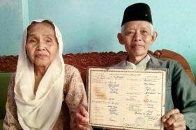 Pasangan kakek nenek yang mesra di KA Prameks dan bikin netizen baper. (Detik.com)