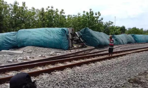 Video Kereta Api Barang Bermuatan Semen Anjlok di Blora