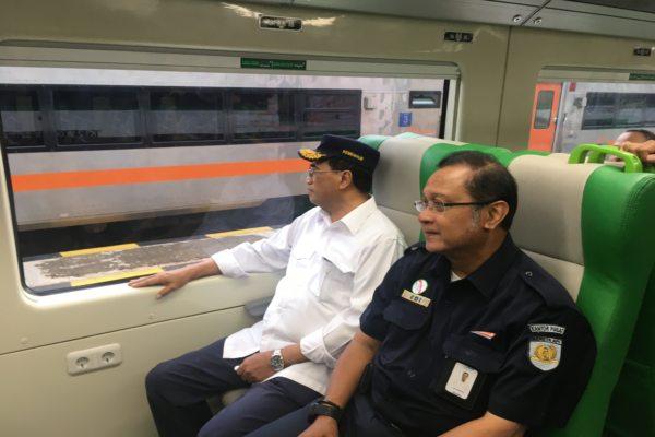 Menhub Budi Karya Sumadi dan Dirut PT KAI Edi Sukmoro saat melakukan inspeksi KA Bandara, di Stasiun Solo Balapan, Sabtu (28/12/2019). (Solopos/Farida Trisnaningtyas)