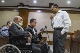 Kivlan Zen (kiri) berbincang dengan terdakwa penyandang dana Habil Marati (kanan) saat menunggu persidangan kasus Rencana Pembunuhan Terhadap Empat Pejabat Tinggi Negara di PN Jakarta Pusat, Jakarta, Rabu (18/12/2019). (Antara-Muhammad Adimaja)