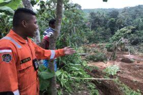 Tim BPBD Jateng meninjau lokasi longsor di Ngargoyoso, Karanganyar. (Istimewa/BPBD Karanganyar)