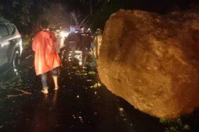 Pikap Tertimpa Batu Besar Akibat Longsor di Padang, 3 Orang Terluka