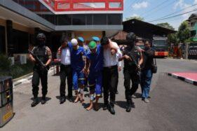 Dua residivis jambret dengan kondisi kaki pincang lantaran terkena tembakan timah panas dikeler aparat Polres Sukoharjo, Senin (9/12/2019). (Solopos/Indah Septiyaning W.)
