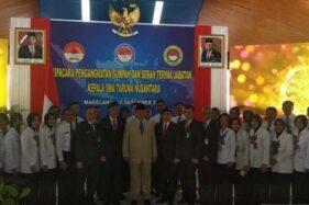 Menteri Pertahanan (Menhan) Prabowo Subianto foto bersama para pamong SMA Taruna Nusantara Magelang, Sabtu (14/12/2019). (Antara-Heru Suyitno)