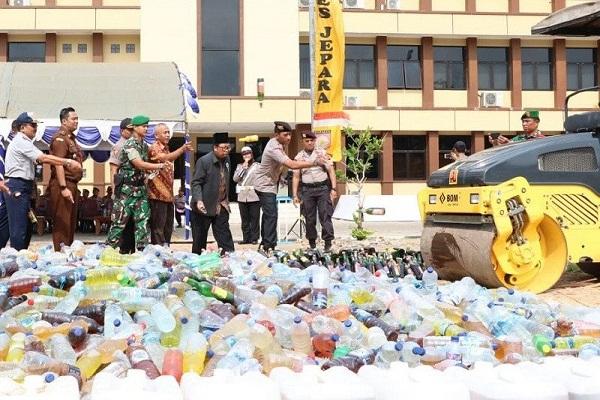 Polisi Jepara Lindas 11.678 Botol Miras