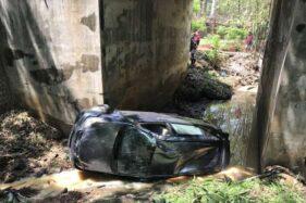 Warga menyaksikan mobil terperosok ke dalam sungai di Jembatan Jatisari, Sedayu, Jumantono, Karanganyar, Sabtu (7/1/20192). (Solopos-Candra Mantovani)