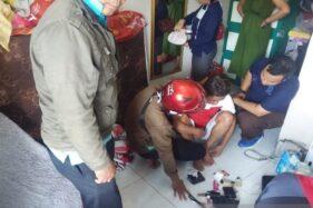 Petugas Badan Narkotika Nasional Kabupaten Batang memeriksa seorang pelaku yang diduga positif mengonsumsi sabu-sabu, Selasa (10/12/2019). (Antara-Kutnadi)