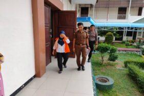 Nurhayati (kiri) berjalan menuju ruang tahanan pengadilan seusai menjalani sidang putusan di Pengadilan Negeri (PN) Wonogiri, Kamis (12/12/2019). (Solopos/Rudi Hartono)