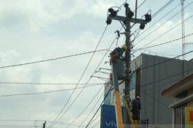 Petugas PLN memasang travo di Kudus. (Antara-Akhmad Nazaruddin Lathif)
