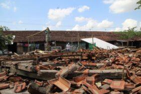 Salah satu los di Pasar Plembon, Desa Belangwetan, Kecamatan Klaten Utara, ambruk setelah diterjang angin kencang, Senin (9/12/2019) sore. (Solopos/Taufiq Sidik Prakoso)
