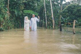 Pengantin di Narathiwat, Thailand yang melangsungkan resepsi pernikahan di tengah banjir, Minggu (1/12/2019). (Facebook-Meen Photographer)