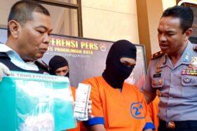 Polisi menunjukkan IA, pengedar pil trihexyphenidyl dan barang buktinya di Mapolres Probolinggo. (jatimnet)