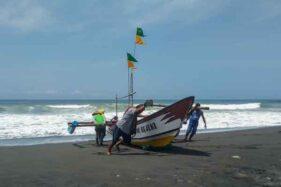 Proses evakuasi dua nelayan yang tenggelam akibat perahu terbalik di Pantai Trisik, pada Sabtu (14/12/2019) pagi. (Istimewa/Harianjogja.com)