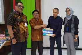 Direktur Produksi PT Phapros Tbk. Syamsul Huda menyalurkan dana kemitraan kepada mitra binaan di Semarang, Kamis (12/12/2019). (Antara-Humas PT Phapros)