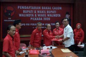 Wakil dari Ketua Partai Golkar Purbalingga, Sudono, saat mengambil formulir pendaftaran di DPD PDIP Jateng, Selasa (10/12/2019). (Semarangpos.com-Imam Yuda S.)