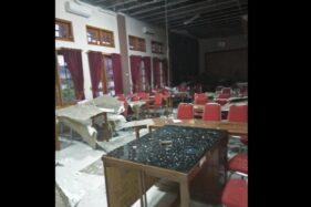 Reruntuhan plafon ruang aula lantai II kantor Disdikbud Sukoharjo yang ambrol mengenai kursi dan meja di ruangan itu, Jumat (15/12/2019). (Istimewa)