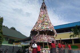 Limbah Plastik di Purwokerto Jadi Pohon Natal