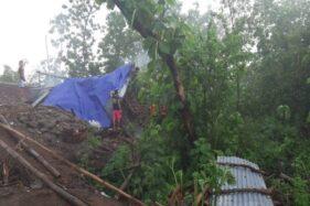 Petugas SAR, PMI, Damkar, SAR MDMC, dan warga mengevakuasi pohon-pohon yang tumbang akibat hujan angin di Kebakkramat, Karanganyar, Rabu (11/12/2019). (Istimewa/SAR Karanganyar)